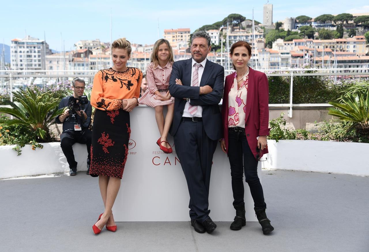 Il cast di Fortunata e la piccola Nicole posano al photocall di Cannes 70