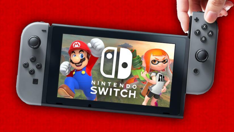 Mario e i personaggi di Splatoon campeggiano sullo schermo portatile di Nintendo Switch