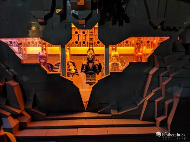 Una sala con tutti i costumi di Batman