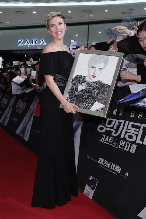 Scarlett Johansson con il suo ritratto alla prima di Ghost in the Shell