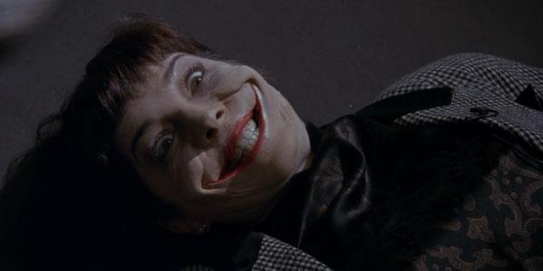 Il ghigno di una delle vittime del Joker nella pellicola di Tim Burton