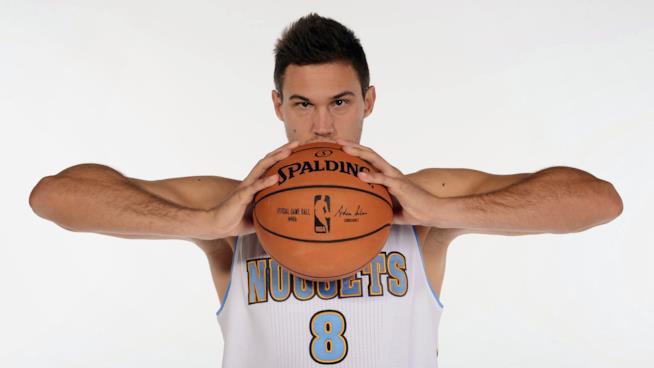 Danilo Gallinari posa in divisa con un pallone da basket