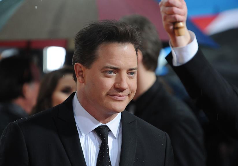 Mezzobusto di Brendan Fraser in giacca e cravatta