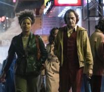 Zazie Beetz e Joaquin Phoenix in una scena del film Joker