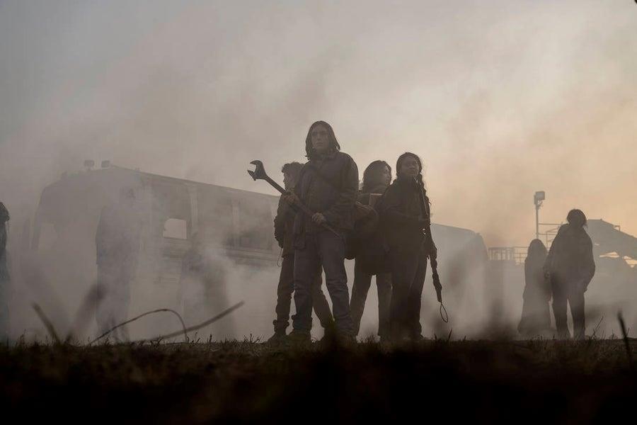 Il nuovo spin-off di The Walking Dead: un'immagine con i personaggi avvolti dalla nebbia