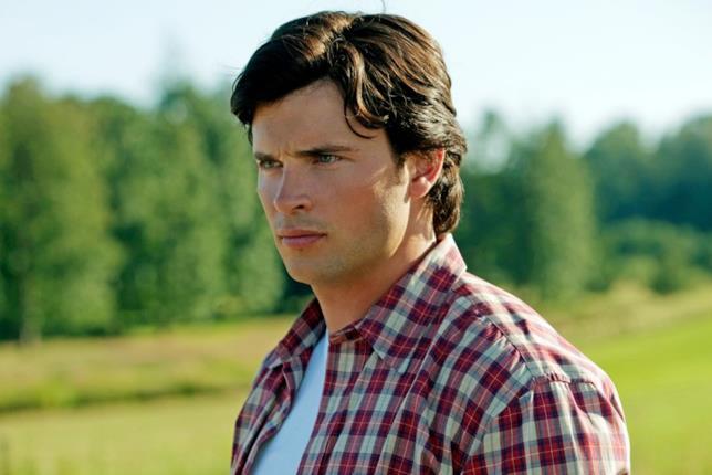 Clark con la camicia a quadri che fissa qualcosa corrucciato