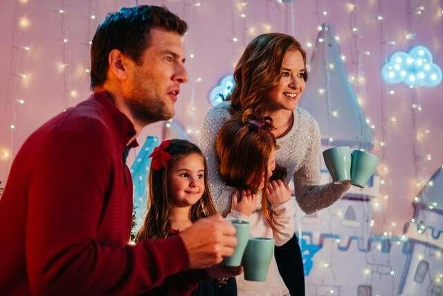 Ryan McPartlin e Sarah Drew protagonisti del film Lifetime's 'Twinkle All the Way.'