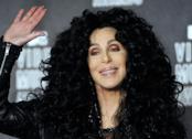 Cher saluta con la mano e sorride