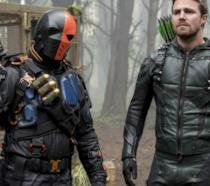 Arrow e Deathstroke in una scena della serie tv