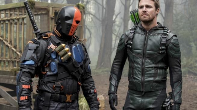 Arrow e Deathstroke in una scena della serie tv