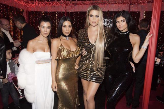 Le Kardashian in posa alla festa di Natale