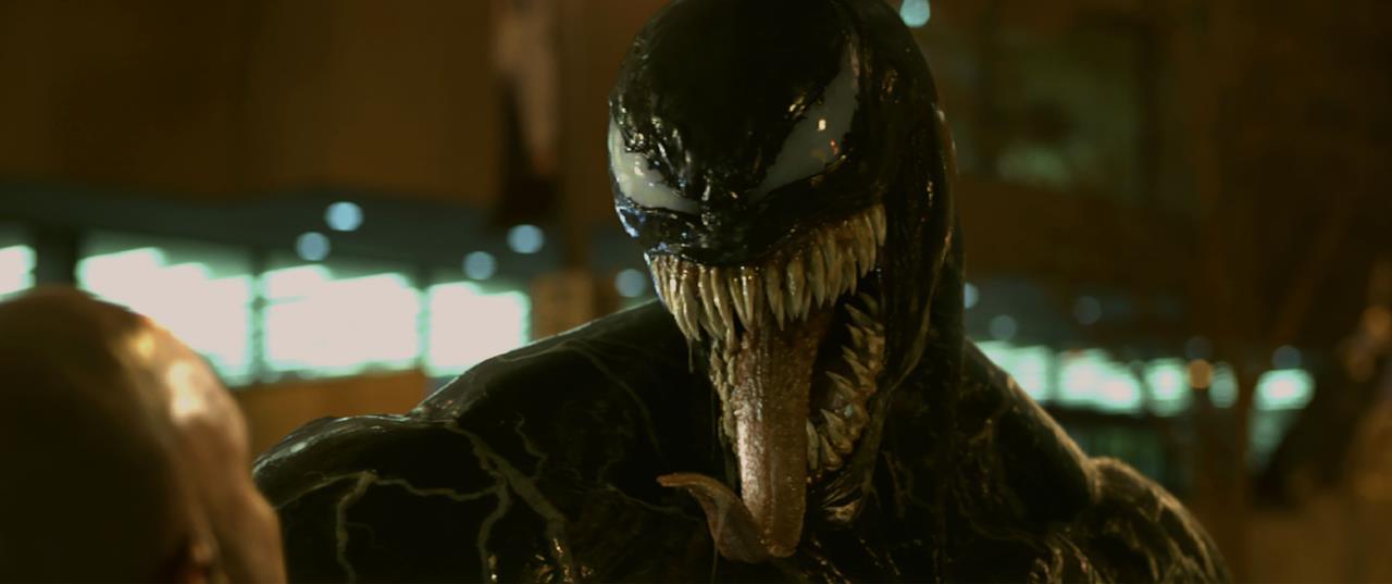 Il simbionte mostra denti e lingua in una scena di Venom