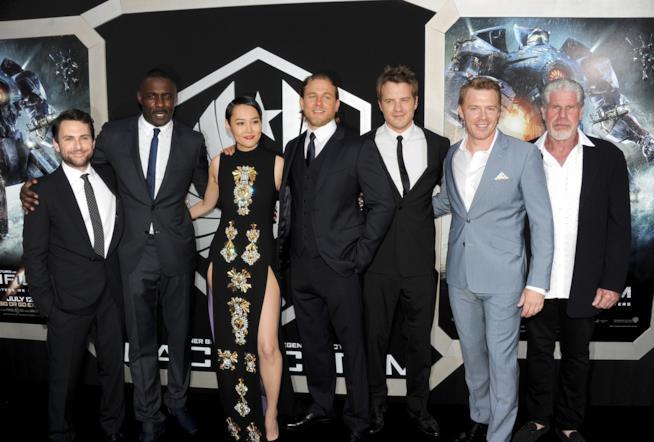 Alcuni membri del cast di Pacific Rim alla prima del film