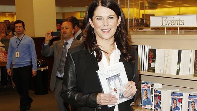 Lauren Graham con una copia del suo libro