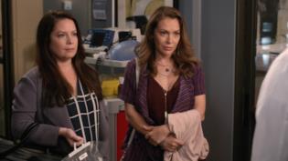 Holly Marie Combs e Alyssa Milano in una scena di Grey's Anatomy