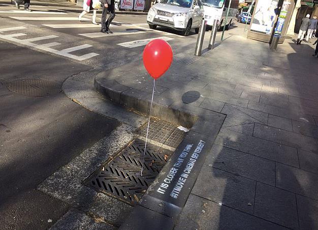I palloncini rossi invadono Sydney per l'uscita di IT