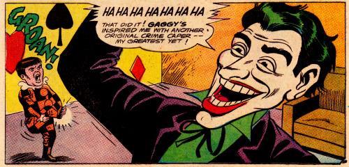 Mezzobusto disegnato del Joker che con aria scherzosa prende in giro un nano in costume