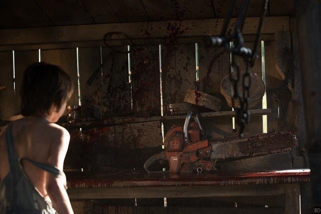 Foto dal film Leatherface con motosega e un bambino