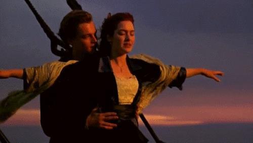 Una scena classica di Titanic a prua