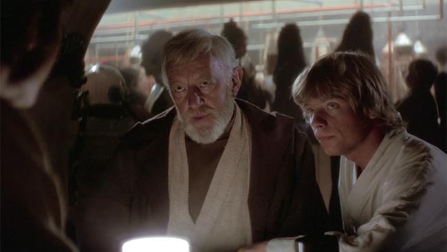 Obi-Wan Kenobi e Luke Skywalker parlano con Han Solo seduti a un tavolo della The Chalmun's Cantina