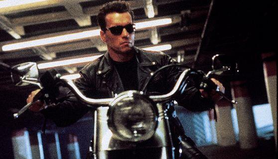 Arnold Schwarzenegger guida una moto in Terminator 2 - Il giorno del giudizio