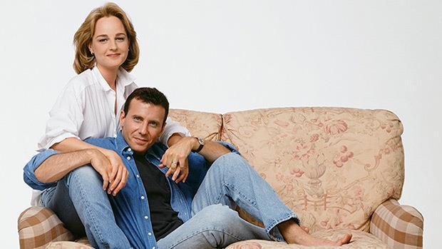 Helen Hunt e Paul Reiser abbracciati sul divano