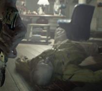Il protagonista di Resident Evil 7 impugna un coltello insanguinato
