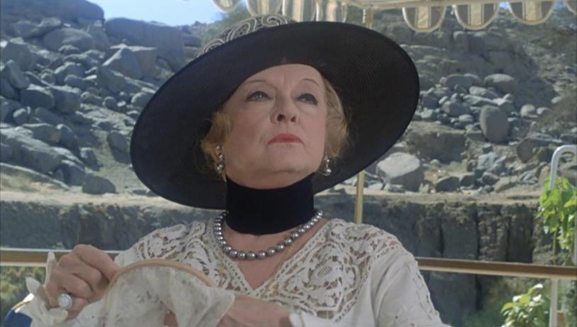 Bette Davis interpreta una ricca signora in Assassinio sul Nilo