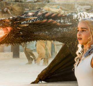 Emilia Clarke in Game of Thrones nel ruolo di Daenerys, la Madre dei Draghi