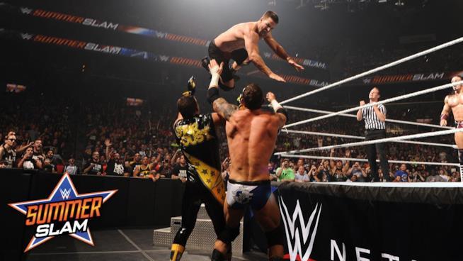 Stephen Amell nel 2015 sul ring di WWE