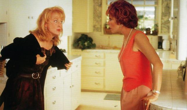 Meryl Streep e Shirley MacLaine in una scena del film Cartoline dall'inferno