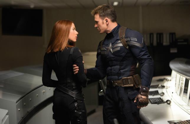 Scarlett Johansson e Chris Evans in una scena del film