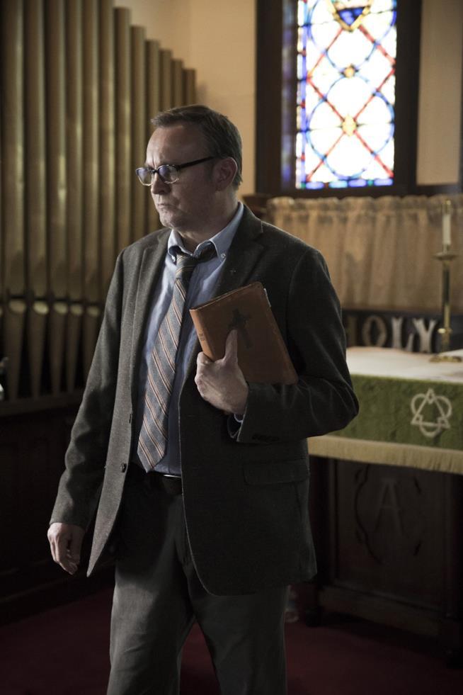 Outast: il reverendo Anderson nell'episodio 2