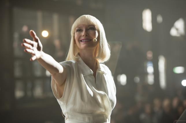 Tilda Swinton tende la mano estasiata durante la scena iniziale di Okja