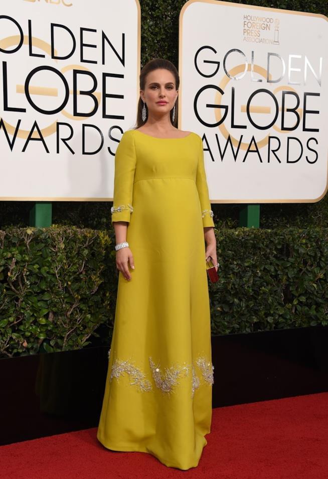 Natalie Portman in giallo Prada ai Golden Globes 2017