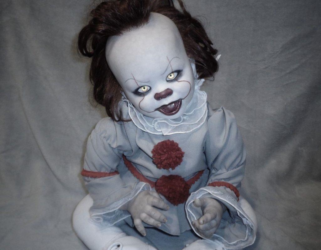 La bambola Reborn di Pennywise guarda la fotocamera