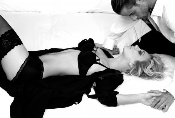 In questo scatto in bianco e nero di Kaley Cuoco si vede tutta la sua femminilità