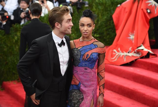 Primo piano di Robert Pattinson e FKA Twigs sul red carpet