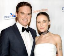 Michael C.Hall e la moglie in posa durante una premiazione