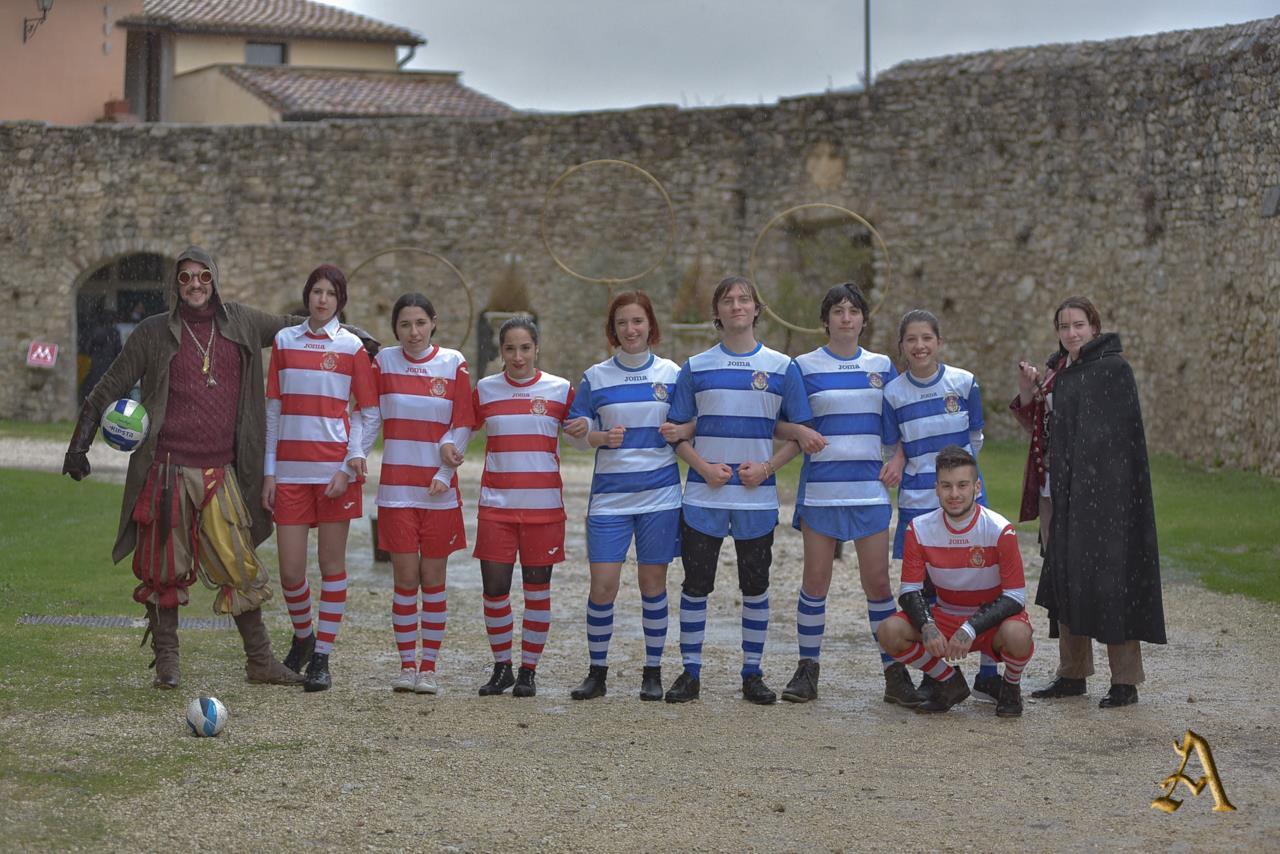 Alcuni partecipanti dell'evento in posa per una foto nel cortile del Castello