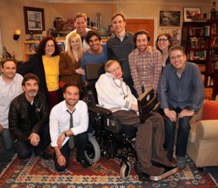 Il cast di The Big Bang Theory in una foto assieme a Stephen Hawking
