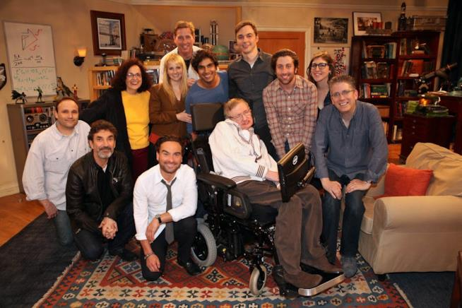 Il cast di The Big Bang Theory in una foto assieme a Stephen Hawking