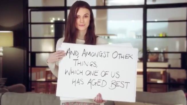 Keira Knightley con i cartelli di Love Actually 2