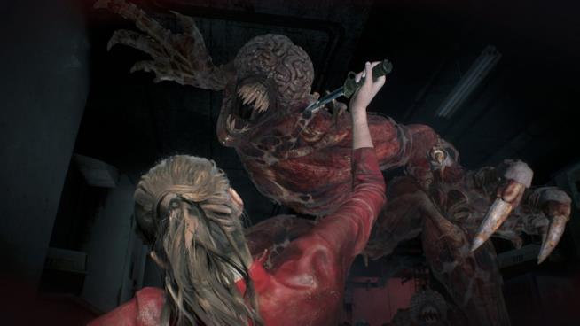 Claire Redfield alle prese con un Licker in RE2 Remake