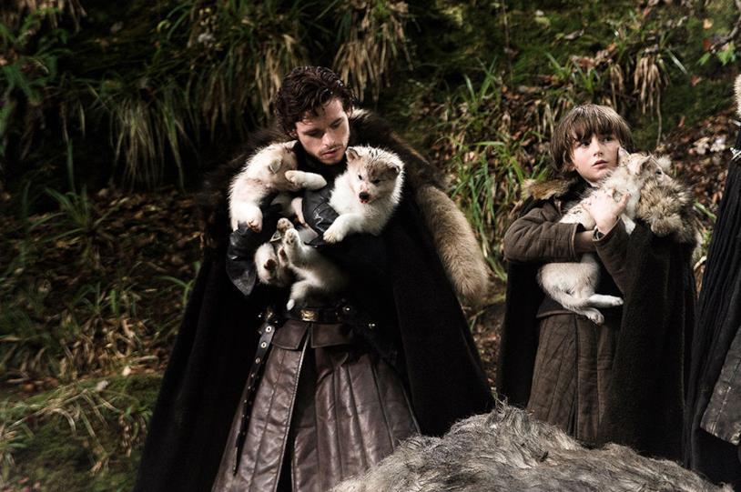 Richard Madden e Isaac Hempstead-Wright in Game of Thrones 1x01 con i cuccioli di metalupo