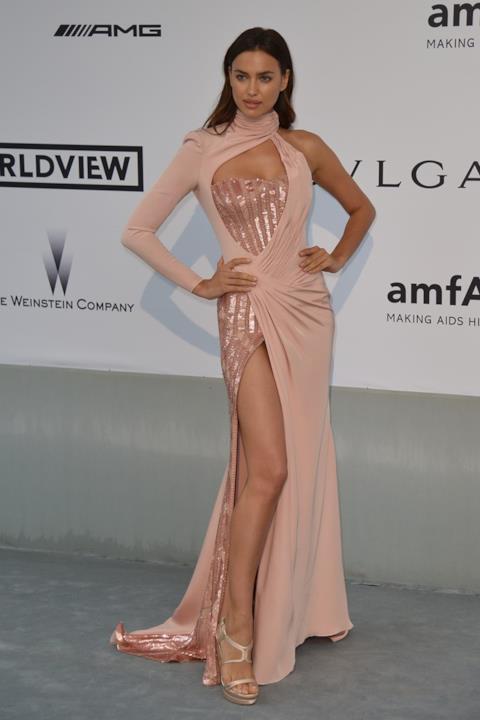 Irina Shayk con abito dallo spacco inguinale rosa antico.