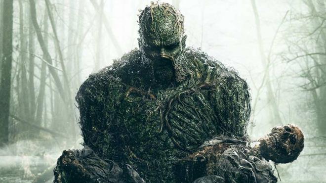 Mezzobusto della creatura protagonista della serie Swamp Thing, on un cadavere tra le braccia