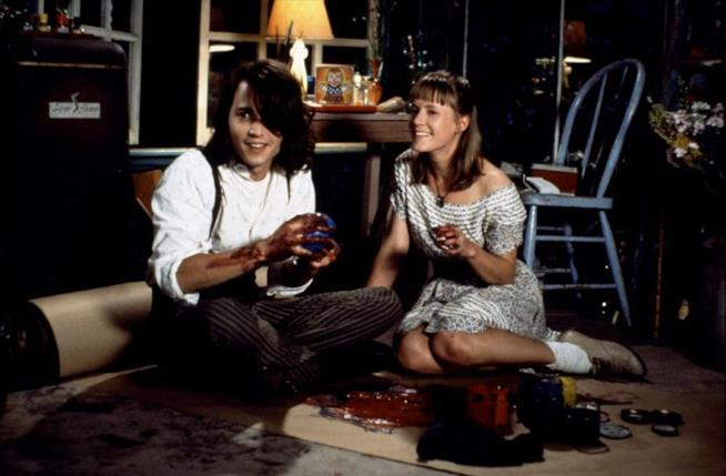 Mary Stuart Masterson e Johnny Depp in una scena iconica del film Benny and Joon