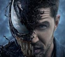 Un primo piano di Tom Hardy nel poster di Venom