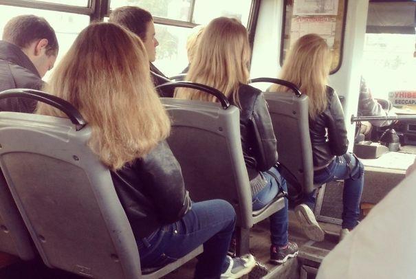 Glitch di Matrix: tre donne sedute in fila in autobus con lo stesso taglio e colore dei capelli e outfit
